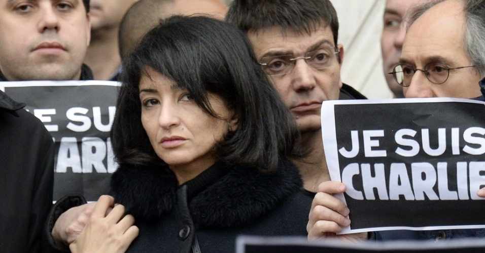 "9.jan.2015 - Jeannette Bougrab, a viúva do cartunista Stephane Charbonnier, o Charb, editor da revista ""Charlie Hebdo"" e morto no ataque de quarta-feira (7), participa de uma homenagem as vítimas do atentado, em frente ao Paris City Hall"