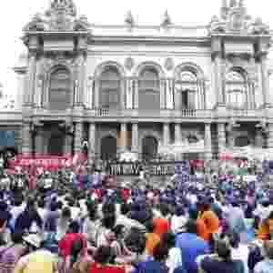 9.jan.2015 - Manifestantes realizam assembleia para decidir o trajeto do protesto contra o aumento da tarifa do transporte público em São Paulo, no centro da cidade. A manifestação foi convocada pelo Movimento Passe Livre - Reinaldo Canato/UOL