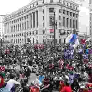 9.jan.2015 - Manifestantes se concentram em frente ao Teatro Municipal, no centro de São Paulo, para o protesto contra o aumento da tarifa do transporte público na cidade. A manifestação foi convocada pelo Movimento Passe Livre (MPL), movimento que esteve à frente da série de protestos que levaram milhões às ruas em junho de 2013. Na ocasião, um aumento do preço da passagem de 20 centavos implementada pelos governos municipal e estadual acabou sendo revogada - Reinaldo Canato/UOL