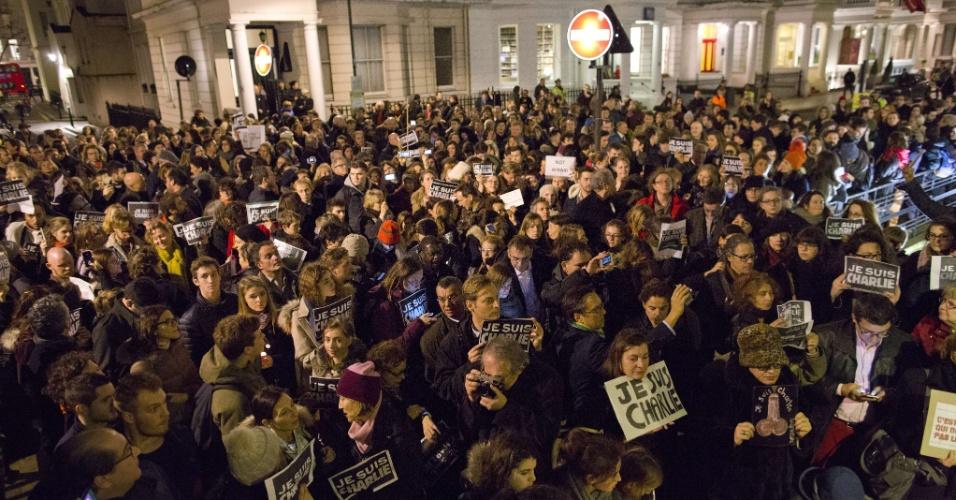 """9.jan.2015 - Manifestantes se reúnem em uma vigília do lado de fora do Instituto Francês em Londres (Inglaterra), nesta sexta-feira (9), em homenagem às 12 vítimas do ataque à revista semanal satírica """"Charlie Hebdo"""", em Paris"""