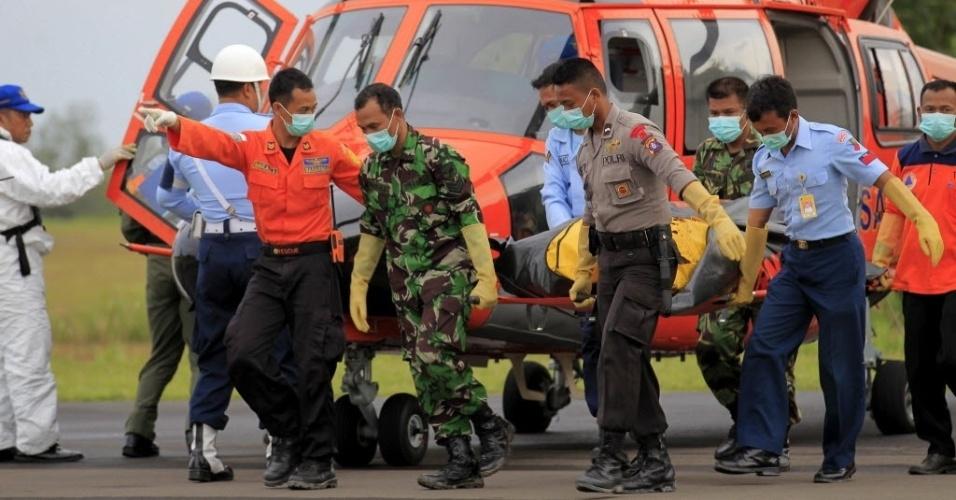 9.jan.2015 - Membros da Agência Nacional de Buscas e Resgate da Indonésia carregam o corpo de uma das vítimas do voo QZ8501 no aeroporto militar de Iskandar, em Pangkalan Bun, Central Bornéu (Indonésia)