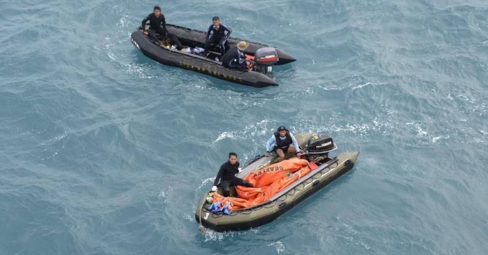 9.jan.2015 - Membros da tripulação de um navio da Marinha indonésia se preparam para a operação que irá resgatar a cauda da aeronave da AirAsia, no mar Java