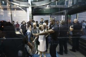 9.jan.2015 - Mulher discute com segurança do metrô durante manifestação contra aumento da tarifa na avenida Paulista