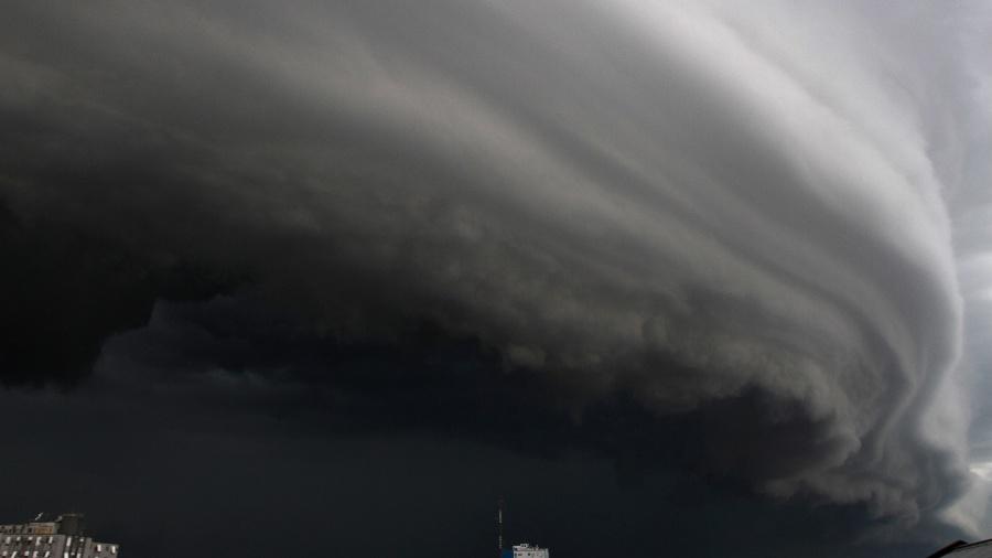 9.jan.2015 - Nuvens carregadas de chuva encobrem o céu da cidade de Porto Alegre, em foto de arquivo de 2015 - Roberto Vinicius/Eleven/Estadão Conteúdo