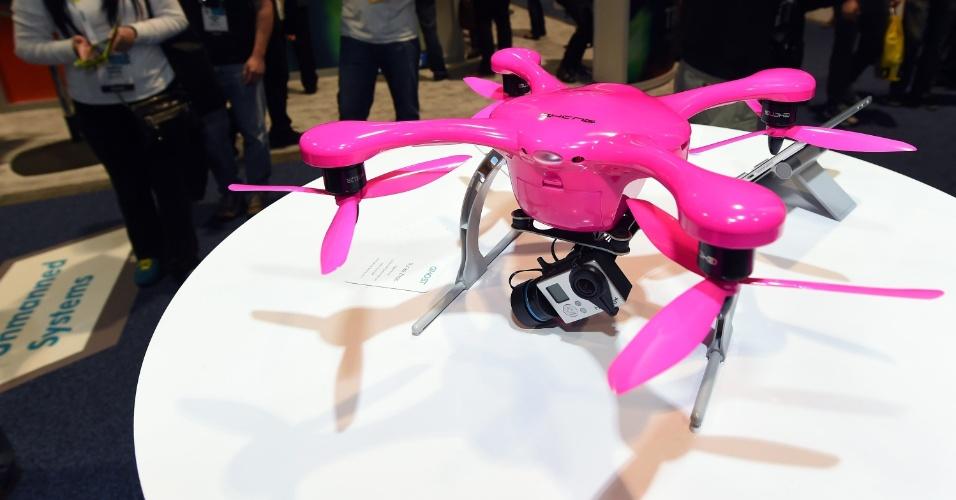 9.jan.2015 - O drone Ghost, feito pela EHang, é exibido durante a CES 2015 (evento de tecnologia realizado em Las Vegas). O gadgets pode ser controlado por um smartphone, sem a necessidade de um controle remoto. Segundo a empresa, ele precisa apenas de um toque no aplicativo para que ele decole. O produto está em fase de captação de recursos na plataforma Indiegogo e tem sugerido de US$ 600
