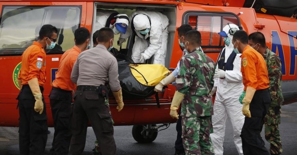 9.jan.2015 - Os corpos de passageiros do voo AirAsia QZ8501, recuperados do mar de Java, são levados a Indonésia. O voo QZ8501 desapareceu dos radares sobre o norte do mar de Java em 28 de dezembro, com menos da metade de um trajeto de duas horas a partir de segunda maior cidade da Indonésia, Surabaya, para Cingapura. Não houve sobreviventes entre as 162 pessoas a bordo