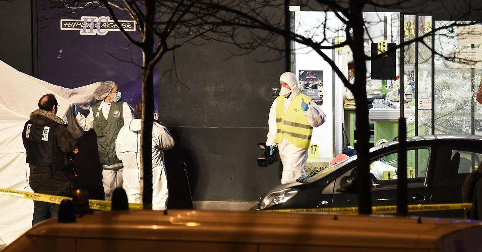 9.jan.2015 - Policiais técnicos coletam evidências em um mercado judaico próximo a Porte de Vincennes, no leste de Paris, nesta sexta-feira (9), que foi cenário de um sequestro. Um homem armado manteve vários reféns desde a manhã do dia, até que policiais invadiram o local e mataram o sequestrador. Quatro reféns também morreram durante a operação