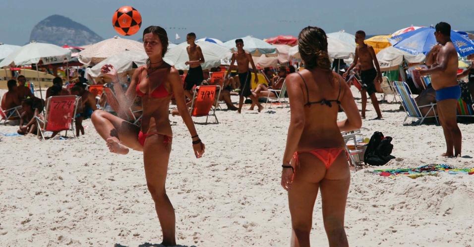 10.jan.2014 - Sem previsão de chuva para os próximos dias, cariocas e turistas aproveitam o calor nas praias do Rio de Janeiro neste sábado (10). A máxima prevista para hoje é de 41ºC na capital fluminense. No começo da manhã, alguns termômetros já registravam a marca de 33ºC