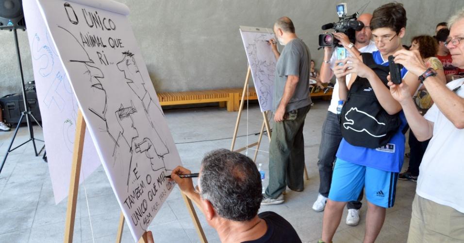"""10.jan.2015 -  Cartunistas participaram neste sábado, na Praça das Artes em São Paulo do ato """"Somos Todos Charlie"""" em homenagem às vítimas do atentado à revista """"Charlie Hebdo"""" que matou 12 pessoas em Paris no último dia 7. A manifestação foi uma iniciativa do Sindicato dos Jornalistas do Estado de São Paulo e da Associação dos Quadrinistas e Caricaturistas"""