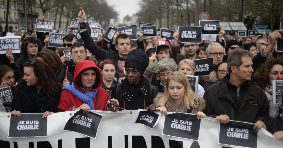 10.jan.2015 - Centenas de pessoas se juntam em passeata em Nantes, na França, para lembrar os atentados terroristas no país nesta semana. Em todo o território francês, vários atos contra a violência marcaram o sábado (10)