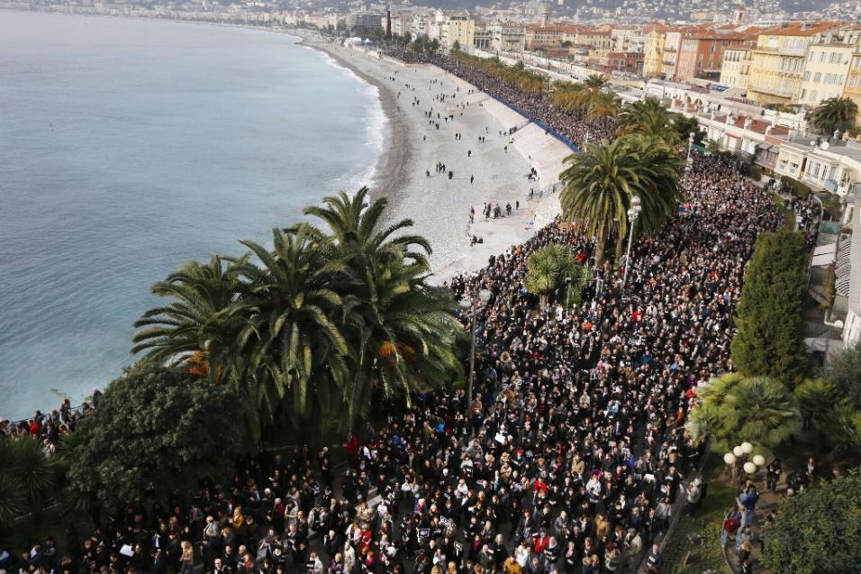 """10.jan.2015 - Cerca de 23 mil pessoas fazem, neste sábado (10), passeata em Nice, na França, em memória das vítimas do atentado terrorista contra a revista """"Charlie Hebdo"""". Outras manifestações, com milhares de pessoas, foram registradas em todo o país. Em Pau, no sudoeste do país, ao menos 30 mil pessoas realizaram uma passeata silenciosa. Na região de Orleans, centro francês, mais de 20 mil se reuniram"""