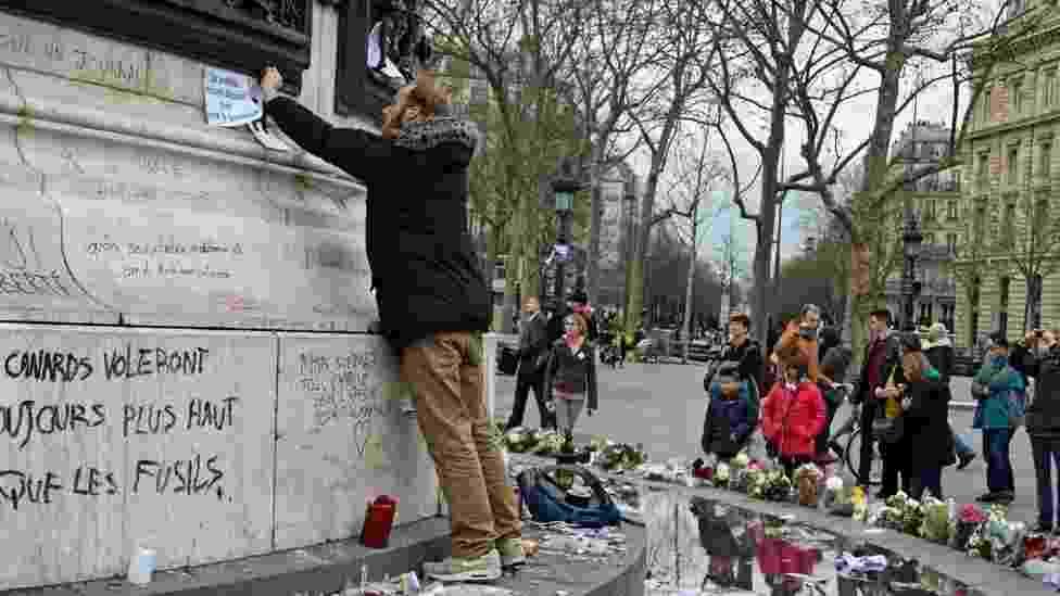 10.jan.2015 - Cerca de 700 mil pessoas saíram às ruas nas principais cidades da França neste sábado em homenagem às vítimas dos recentes ataques na capital do país - Patrick Jackson/BBC
