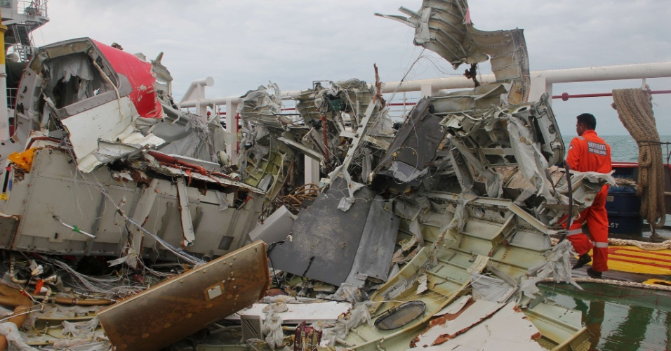 10.jan.2015 - Destroços do voo QZ8501 da AirAsia são colocados no navio Crest Onyx. A Indonésia retirou do mar parte da cauda do avião, que havia desaparecido no mar de Java há dez dias. As caixas-pretas do avião ainda não foram encontradas