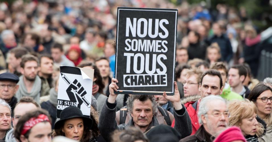 """10.jan.2015 - Em Lille, na França, manifestante carrega uma placa com os dizeres """"somos todos Charlie"""" em passeata neste sábado (10)"""
