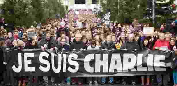 """Em Lille, centenas de manifestantes carregaram cartazes com a frase """"eu sou Charlie"""", que se tornou homenagem e lema de resistência na França - Denis Charlet/AFP"""