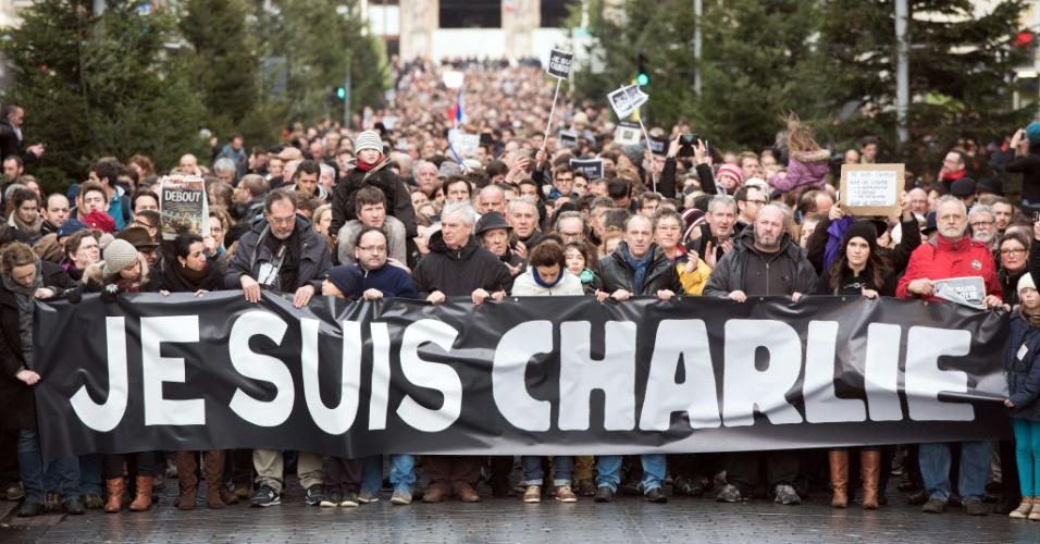 10.jan.2015 - Em Lille, pessoas carregam faixa com os dizeres ''Je suis Charlie'' (Eu sou Charlie) para homenagear as vítimas da chacina na revista ''Charlie Hebdo''. Em todo o país, cerca de 700 mil pessoas se manifestaram, neste sábado, em várias cidades da França, em homenagem às 17 vítimas dos ataques jihadistas desta semana em Paris, anunciou o ministro do Interior, Bernard Cazeneuve