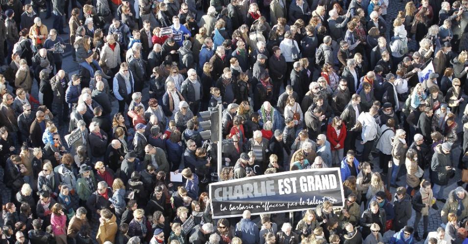 """10.jan.2015 - Em Marselha, milhares de pessoas se reúnem neste sábado (10) em marcha em memória das vítimas do atentado contra a revista """"Charlie Hebdo"""", cena que se repete em várias cidades do país. Para a manifestação de domingo, o governo francês prepara um forte esquema de segurança. Autoridades de outros países confirmaram presença no evento"""