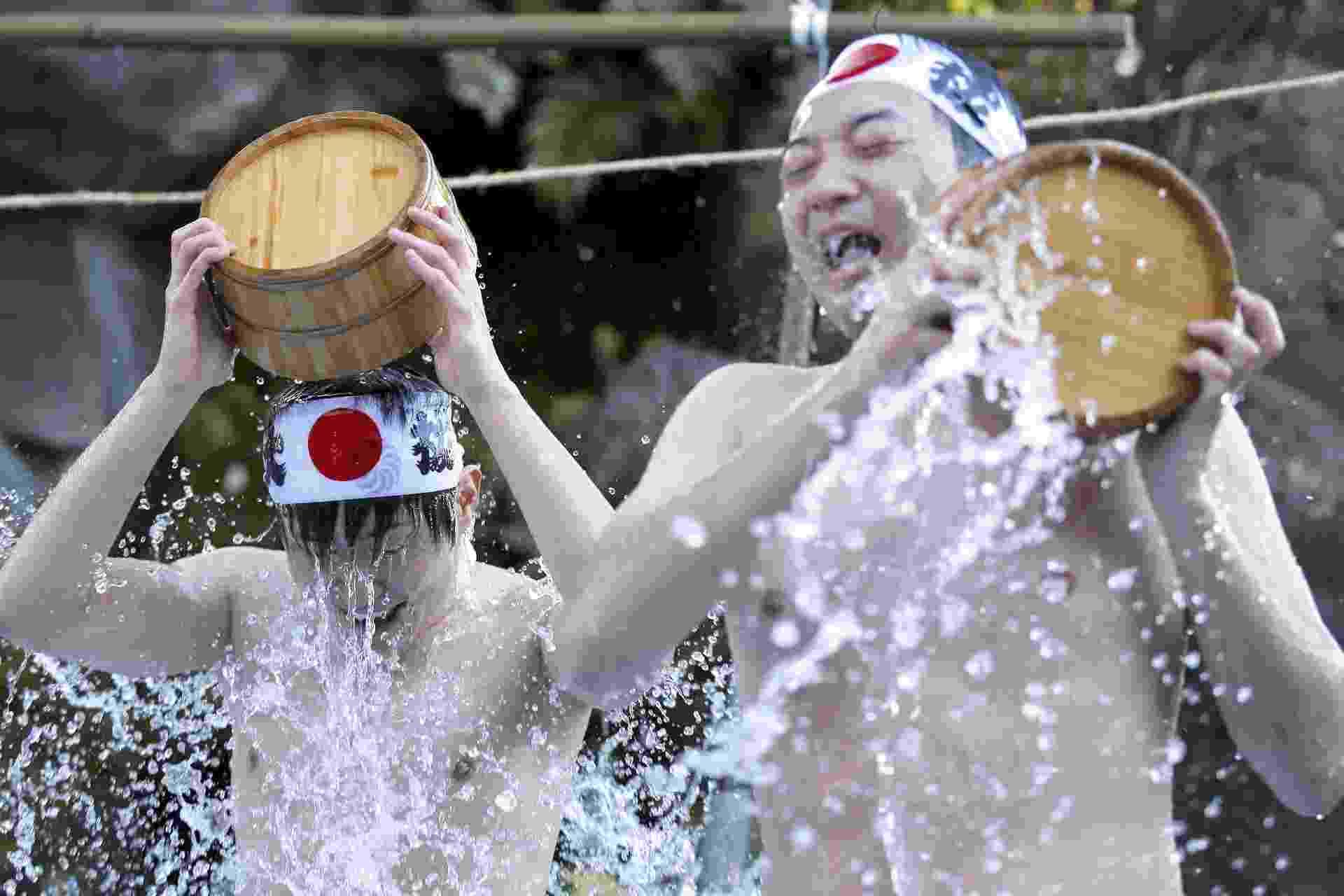 10.jan.2015 - Japoneses se banham com água bastante gelada durante cerimônia de purificação, no Festival Daikoku, realizado no templo Kanda Myojin, em Tóquio. Cerca de 40 pessoas participaram do evento, que acontece durante o início de todos os anos, em busca de purificação de suas almas e mentes - Kiyoshi/EPA/Efe