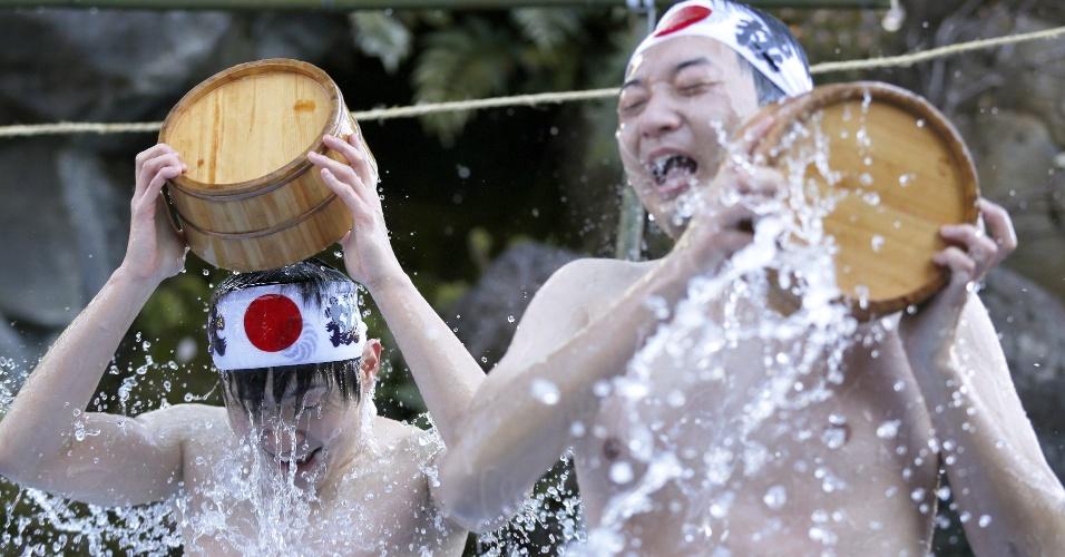 10.jan.2015 - Japoneses se banham com água bastante gelada durante cerimônia de purificação, no Festival Daikoku, realizado no templo Kanda Myojin, em Tóquio. Cerca de 40 pessoas participaram do evento, que acontece durante o início de todos os anos, em busca de purificação de suas almas e mentes