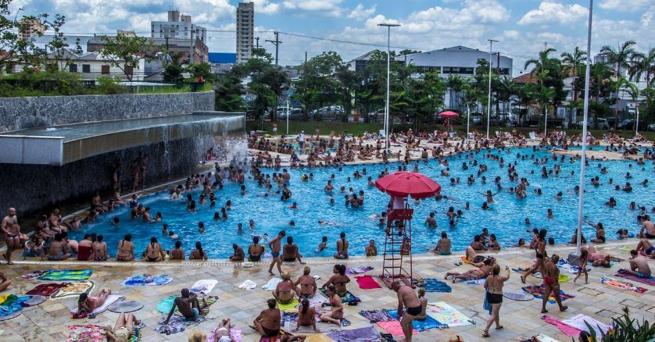 10.jan.2015 - Paulistanos lotam as piscinas do Sesc Belenzinho, na zona leste de São Paulo, em um sábado de calor na capital paulista. A previsão é de que a temperatura máxima atinja os 35ºC neste sábado (10)