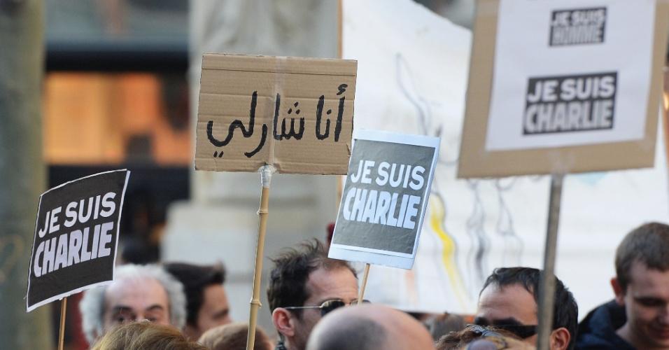 10.jan.2015 - Pessoas seguram cartazes em francês e em árabe com os dizeres ''Je suis Charlie'' (Eu sou Charlie) para homenagear as vítimas da chacina na revista ''Charlie Hebdo''. Em todo o país, cerca de 700 mil pessoas se manifestaram, neste sábado, em várias cidades da França, em homenagem às 17 vítimas dos ataques jihadistas desta semana em Paris, anunciou o ministro do Interior, Bernard Cazeneuve