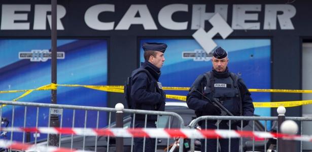 Policiais franceses fazem guarda em frente ao mercado judaico atacado