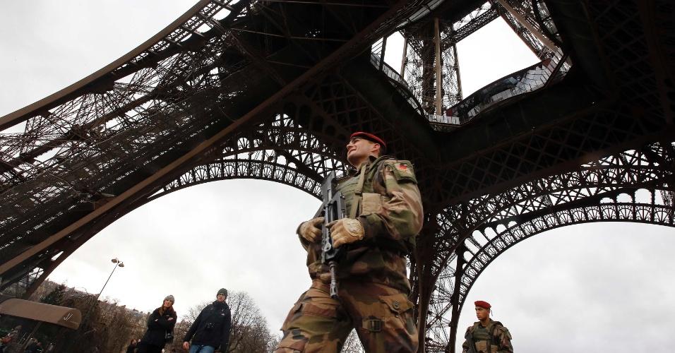 10.jan.2015 - Segurança é reforçada na torre Eiffel, um dos principais cartões-postais de Paris, neste sábado (10) após série de atentados terroristas na França nos últimos dias. O governo francês anunciou que irá manter o nível de alerta máximo no país em razão das manifestações marcadas para domingo