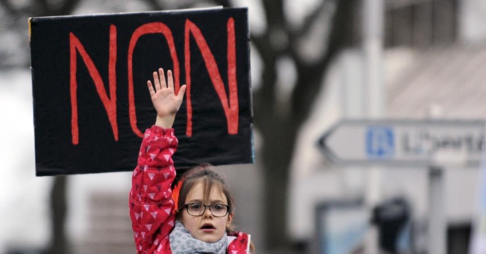 """11.jan.2015 - Cerca de 30 mil pessoas participaram da """"Marcha Republicana"""" no porto de Brest, no oeste da França. Acima, menina levanta o braço à frente de um cartaz com a frase ''não'' em repúdio aos ataques terroristas que deixaram 17 mortos no país na última semana"""