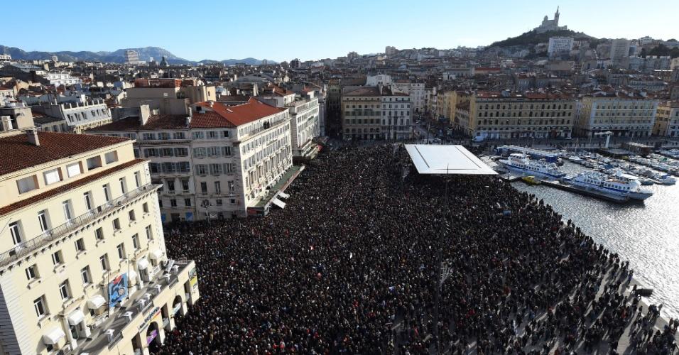 11.jan.2015 -  Cerca de 60 mil pessoas participam da ''Marcha Republicana'' em Marselha, no sul da França, em tributo aos 17 mortos em atentados terroristas no país. Manifestações aconteceram em várias cidades da França e também em outros países como forma de protesto aos ataques terroristas e para honrar a memória das vítimas