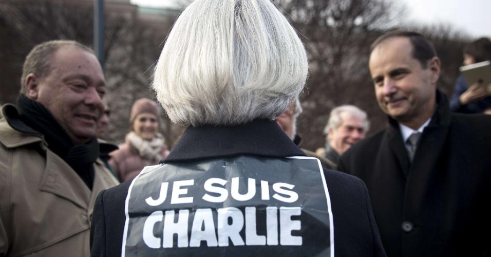 """11.jan.2015 - A diretora do Fundo Monetário Internacional (FMI), Christine Lagarde, é vista de costas com um cartaz em que se lê """"eu sou Charlie"""", a frase que se tornou símbolo das manifestações contra os atentados terroristas na França, ao participar de um ato em apoio à """"Marcha Republicana"""" em Washington, EUA. Somente na França, cerca de 4 milhões de pessoas saíram às ruas para se manifestar contra os atentados e para lembrar os mortos nos ataques"""