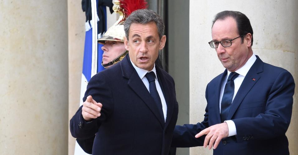 11.jan.2015 - Atual presidente francês, François Hollande, recebe seu antecessor, Nicolas Sarkozy, no palácio do Eliseu, antes de seguir para a manifestação em memória das vítimas dos atentados terroristas no país. Na última semana, 17 pessoas morreram em três ataques que teriam sido cometidos por extremistas islâmicos