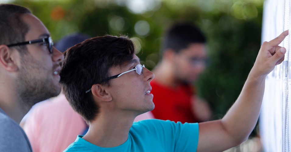 11.jan.2015 - Candidatos aguardam o início da segunda fase do vestibular 2015 da Unicamp (Universidade Estadual de Campinas) em local de prova em São Paulo. As provas começam neste domingo (11) e vão até terça-feira (13). São esperados 15.444 candidatos para esta etapa do processo seletivo