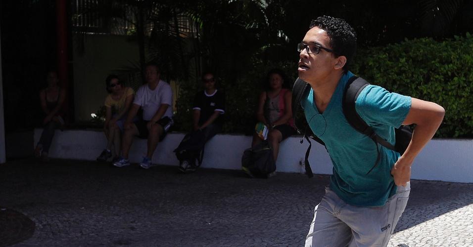 11.jan.2015 - Candidato corre para chegar antes do fechamento dos portões em local de prova em São Paulo. A Unicamp (Universidade Estadual de Campinas) aplica a partir deste domingo (11) a segunda fase de seu vestibular 2015. São esperados 15.444 candidatos para esta etapa do processo seletivo
