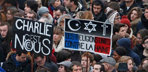 """Cartaz na Marcha Republicana diz: """"As religiões estão unidas contra o ódio"""""""
