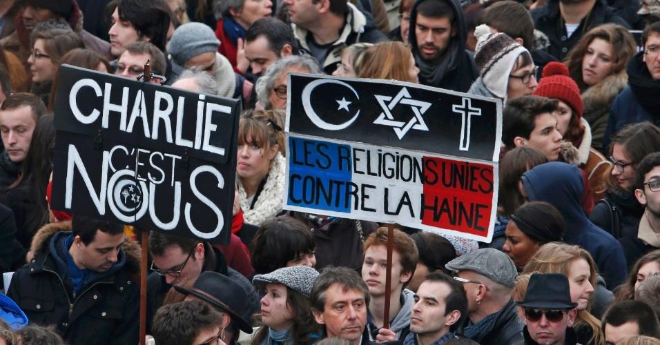 11.jan.2015 - Cartazes durante a ''Marcha Republicana'' dizem ''Charlie somos nós'' e ''As religiões estão unidas contra o ódio'' são fotografados na capital francesa, onde mais de 1 milhão de pessoas participaram do ato contra o terrorismo