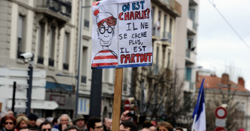 11.jan.2015 - Em Saint Etienne, na França, moradores participaram da ''Marcha Republicana'' em homenagem às 17 vítimas dos atentados terroristas no país. No cartaz, a frase diz: ''Onde está Charlie? Ele não se esconde, está em todos os lugares''