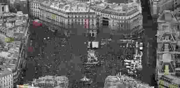 Imagem aérea mostra a praça da República, em Paris, tomada por uma multidão - Kenzo Tribouillard/AFP