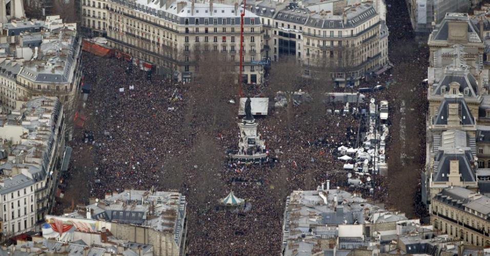 11.jan.2015 - Imagem aérea mostra a praça da República, em Paris, tomada por uma multidão em ato contra os atentados terroristas na França. Estima-se que cerca de 1 milhão de pessoas estejam na região central da capital francesa