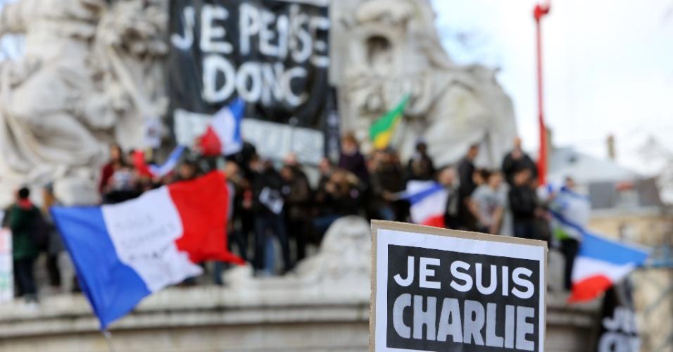 11.jan.2015 - Manifestantes sobem na estátua de Marianne, na praça da República, em Paris, durante marcha contra os atentados terroristas na França. Cerca de 1 milhão de pessoas estão no local