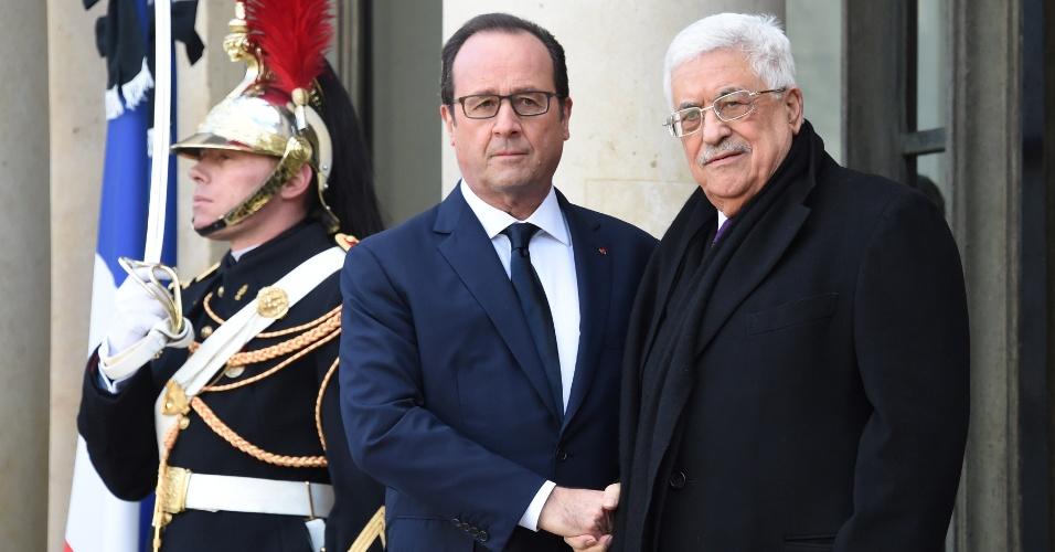 11.jan.2015 - O presidente francês, François Hollande, recepciona o presidente da Autoridade Nacional Palestina (ANP), Mahmoud Abbas, no Palácio do Eliseu, sede do governo da França, para manifestação neste domingo, em Paris. Cerca de um milhão de pessoas e autoridades de todo o mundo são esperadas em ato contra os atentados terroristas na França