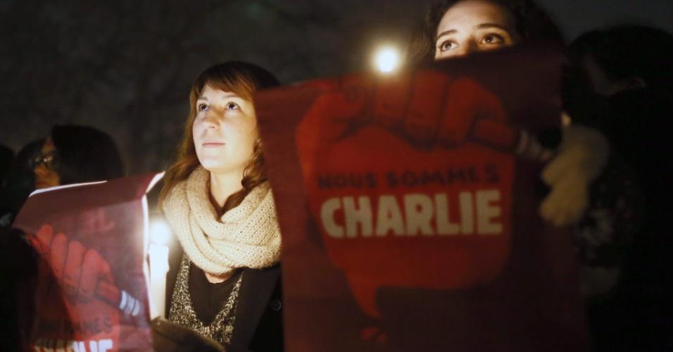 11.jan.2015 -11.jan.2015 - Manifestantes seguram cartazes que dizem ''Somos Charlie'' na praça da Nação, em Paris, durante a ''Marcha Republicana''. Ao menos 1 milhão de pessoas participaram do ato contra o terrorismo e a favor da liberdade de expressão