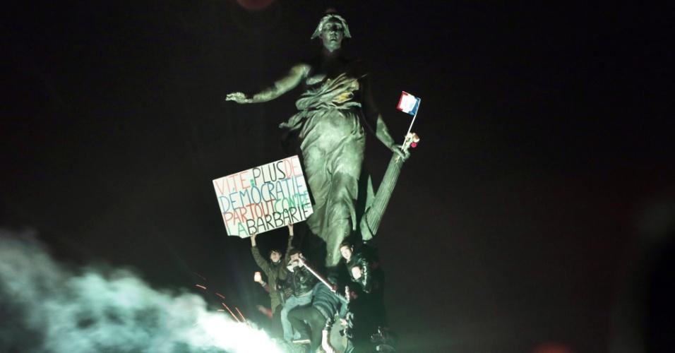 11.jan.2015 - Manifestantes seguram cartaz com os dizeres ''Rápido: mais democracia em todo lugar contra a bárbarie'' na praça da Nação, em Paris, durante a ''Marcha Republicana''. Ao menos 1 milhão de pessoas participaram do ato contra o terrorismo e a favor da liberdade de expressão