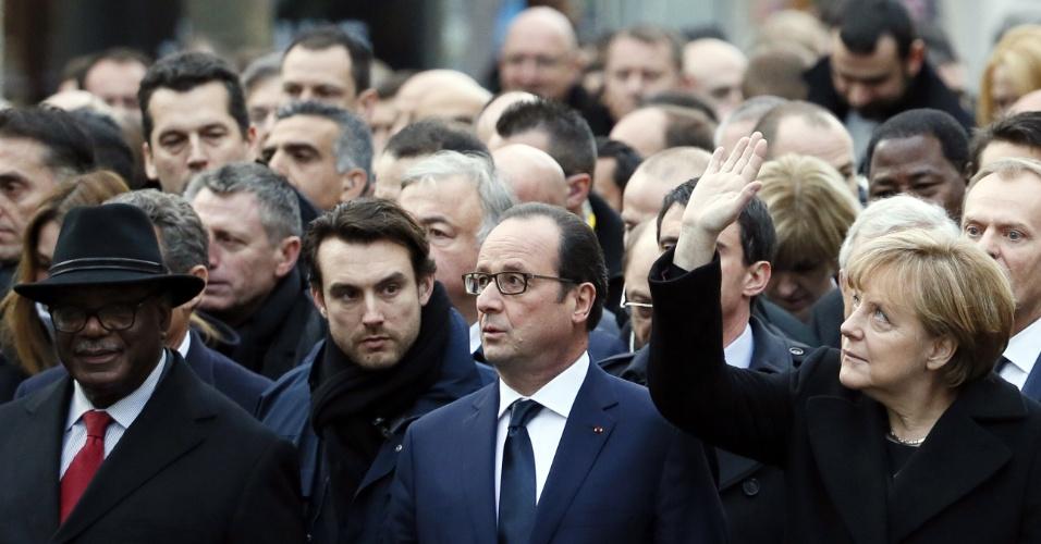 11.jan.2015- Acompanhado da chanceler alemã Angela Merkel e de dezenas de outros políticos estrangeiros, o presidente francês, François Hollande, participa da manifestação contra os atentados terroristas na França, realizada, neste domingo (11), na praça da República, em Paris