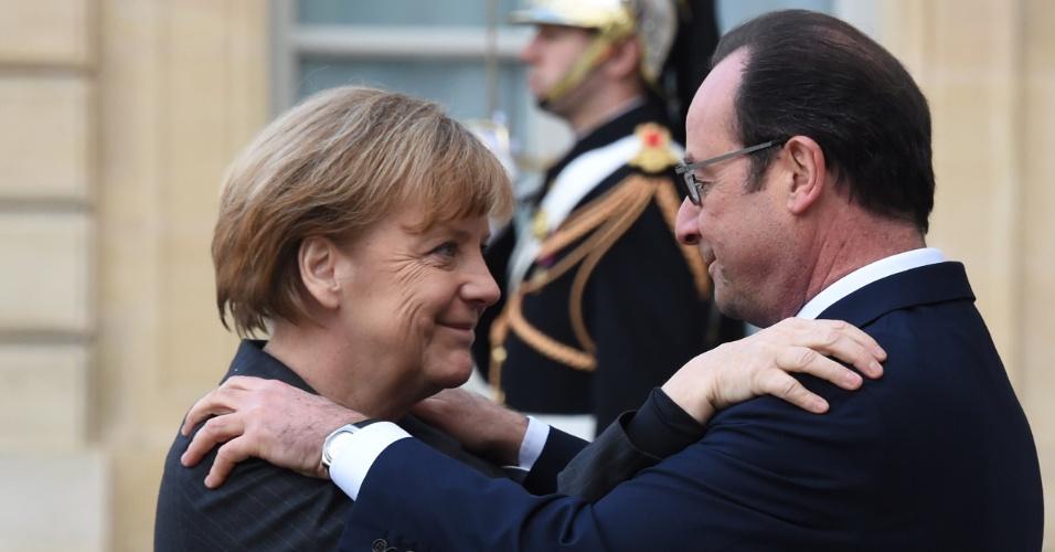 11.jan.2015- O presidente francês, François Hollande, recepciona a chanceler alemã, Angela Merkel, que participa, neste domingo, do ato em memória das vítimas do atentados terroristas na França. A previsão é que 1 milhão de pessoas e autoridades de todo o mundo estejam presentes na manifestação