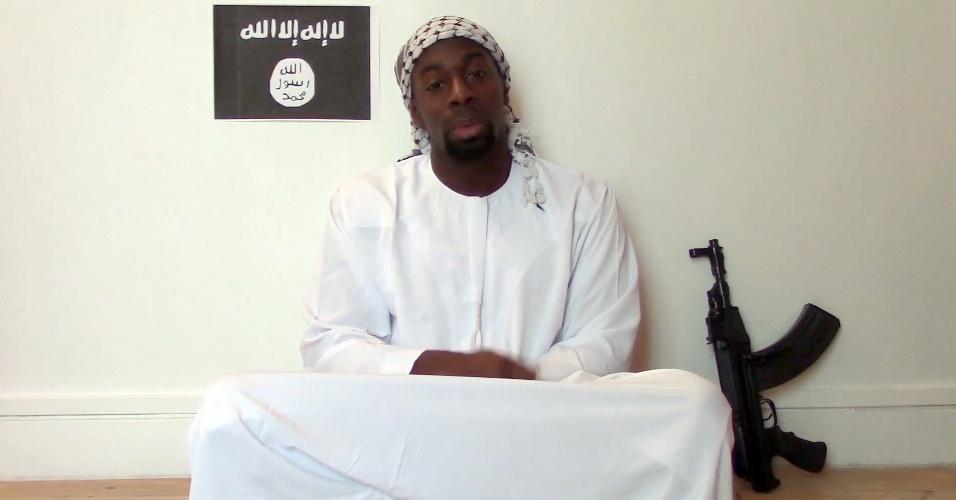 Imagem retirada de vídeo divulgado por islamitas mostra um homem que alega ser Amedy Coulibaly, suspeito de ter matado quatro reféns em um mercado judaico em Paris; um dia antes, ele teria matado uma policial