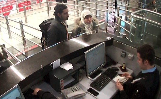 12.jan.2015 - Imagem capturada de um vídeo do circuito de vigilância do aeroporto Sabiha Gokcen, em Istambul, mostra Hayat Boumedienne, mulher do jihadista Amédy Coulibaly e suspeita de envolvimento nos atentados terroristas na França. Da Turquia, ela teria atravessado a fronteira do país com a Síria. Ela é procurada pelas autoridades franceses sob suspeita de ter ajudado a planejar os ataques com Coulibaly