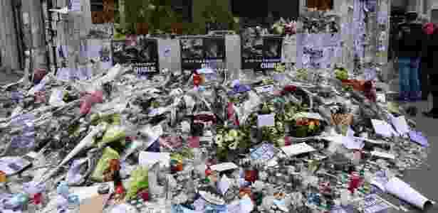 """Flores enfeitam o memorial improvisado em frente à sede da revista """"Charlie Hebdo"""" - Joel Saget/ AFP"""