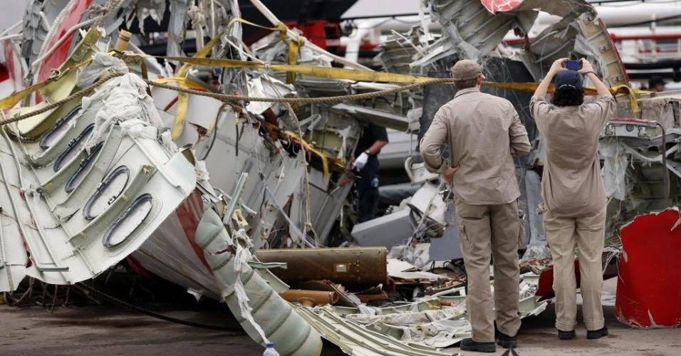12.jan.2015 - Investigadores analisam os destroços do avião da AirAsia que caiu há duas semanas no mar de Java, com 162 pessoas a bordo. O voo QZ8501 decolou da cidade de Surabaia às 5h20 locais do dia 28 de dezembro e deveria chegar a Cingapura duas horas depois, mas após 40 minutos da decolagem. A caixa-preta que contém o registro de voo foi encontrada e poderá esclarecer o que causou a queda da aeronave