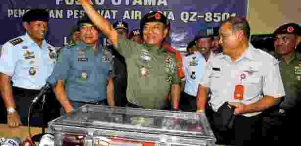 12.jan.2015 - Militares da Indonésia comemoram que encontraram uma das caixas-pretas - Bagus Indahono/ EFE