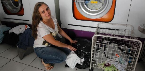 Na lavanderia da Vanessa, as roupas estão presas na máquina com risco de manchar - Sérgio Castro/Estadão Conteúdo